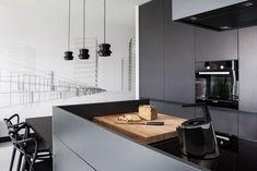 Einbauküche Kochinsel-Elektrogeräte Kochfelder-Pendelleuchten schwarz