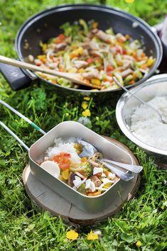 Kleurige groentewok met worstjes, rijst & kroepoek