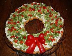 Corona navideña de pan, crema, verduras y pimientos