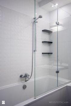 Bathroom with bath. White color. Black and white. Minimal interior architecture. / Łazienka z wanną - zdjęcie od WOJSZ I STOLC - Łazienka - Styl Minimalistyczny - WOJSZ I STOLC