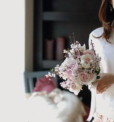 Le bouquet rose clair * *  とても良い香りのバラで桜色のブーケ♡ *  でも、バラと一緒に束ねた枝は紅葉すももちゃんです。 *  #fleur #fleuriste #flower #flowerlovers #floweroftheday #bouquet #rose #cerisier #花 #ブーケ #桜 #桜色 #花のある暮らし