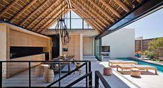 silver bay, na áfrica do sul | projeto: saota | a piscina fica protegida por uma parede de madeira ripada