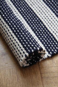 . Weaving Loom Diy, Weaving Art, Hand Weaving, Weaving Textiles, Weaving Patterns, Woven Rug, Woven Fabric, Tear, Bath Rugs
