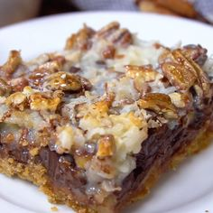 Bars - Coconut Magic Bars These delicious 7 Layer Bars (also called magic bars or Coconut Magic Bars) are like HEAVEN!These delicious 7 Layer Bars (also called magic bars or Coconut Magic Bars) are like HEAVEN! Candy Recipes, Sweet Recipes, Baking Recipes, Cookie Recipes, Cookie Desserts, Quick Desert Recipes, Fast Dessert Recipes, Caramel Recipes, Dishes Recipes