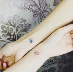 mini tatuajes en la muñeca, estrella y corazón color acuarela, idea para hermanas o mejores amigas, tatuajes familia simbolos
