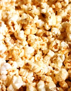 Chili Cheese Popcorn - The Suburban Soapbox Popcorn Toppings, Cheese Popcorn, Cheddar Popcorn, Popcorn Seasoning, Popcorn Snacks, Flavored Popcorn, Gourmet Popcorn, Popcorn Recipes, Popcorn Bowl
