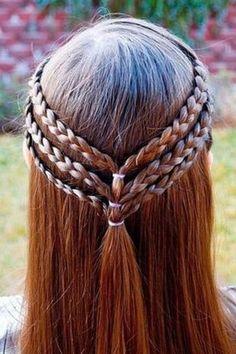 Três trancinhas de cada lado unidas no meio da cabeça para um penteado simples e diferente . Foto: Pinterest/Autumn Greer