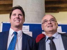 Die SVP-Kandidaten der Regierungsrat-Ersatzwahlen des Kantons Bern, Lars Guggisberg (l.) und Pierre Alain Schnegg, warten gespannt auf die Resultate.gewonnen, jetzt wrd gespart!