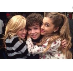 Ariana Grande and her co-stars from Sam & Cat show