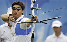 El surcoreano Im Dong-Hyun, considerado oficialmente ciego, estableció la primera marca mundial de los Juegos Olímpicos de Londres al imponerse en la prueba de clasificación de tiro con arco.*