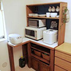 女性で、4LDKのレンジ台/食器棚/食器棚DIY/レンジ台DIY/セリア/DIY…などについてのインテリア実例を紹介。「レンジ台、作りました。 アルファベットのボードの裏にはコンセントがあって配線隠しになってます。お気に入りの場所になったけど、ここはキッチンの奥でリビングからはあまり見えないのが残念会(T-T)」(この写真は 2015-12-10 09:48:21 に共有されました)