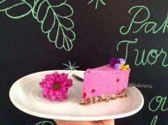 Puolukka-valkosuklaakakun resepti sopii hyvin aloittelevalle raakaleipurille. Gluten Free Baking, Birthday Cake, Desserts, Food, Tailgate Desserts, Birthday Cakes, Deserts, Eten, Postres