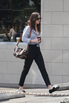 Pochette Metis OK. I recently wrote a not-so-favorable post about why I'm not into the Pochette Metis, only to find out that lately this little bag has started to. Estilo Dakota Johnson, Dakota Johnson Street Style, Dakota Style, Look Fashion, Fashion Outfits, Womens Fashion, Look Office, Casual Outfits, Cute Outfits