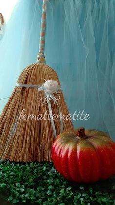 Una scopa di saggina trasformata con fiori e nastrini nell'elegante scppa di Cinderella, per rendere la scenografia del tuo party originale e romantica.