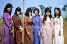 60s And 70s Fashion, Asian Fashion, Retro Fashion, Vintage Fashion, Decades Fashion, Vietnam War Photos, Vietnam History, Vietnamese Clothing, South Vietnam
