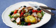 Viipaloi perunat ja makkarat. Valuta paprikat sekä oliivit.Grillaa tai paista peruna- ja makkaraviipaleet kauniin kullan ruskeiksi.Hienonna sipulit.Sekoita kaikki salaatin ainekset, paitsi jääsalaatti ja persilja kulhossa.Revi jääsalaatti haarukkapaloiksi ja levitä tarjoiluvadille. Kaada päälle muut salaattiainekset.Sekoita kastikkeen aineet keskenään ja kaada salaatin joukkoon.Anna tekeytyä hetki, viimeistele salaatti hienonnetulla persiljalla ja tarjoile.Vinkki:Tähän salaattiin sopivat…