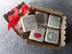 Cajita de galletas decoradas que personalizamos con vuestros nombres. Ilustraciones: www.pabloantelo.com