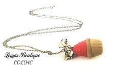 Collier Cupcake Ce collier est constitué d'un cupcake en fimo avec un petit noeud en tissu, le tout monté sur une chaine en bronze.   Chaine d'extension inclus. Fermoir mousqueton inclus. Dimension: 65 cm Différent modèles.