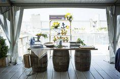 Table avec barils de bois, très beau look pour un bar