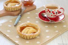Le Crostatine alle mele e marmellata sono dei piccoli dolcetti deliziosi da gustare a colazione o merenda, piuttosto facili da preparare.