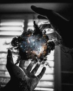 Tenho o universo em minhas mãos e um vazio em meu coração.
