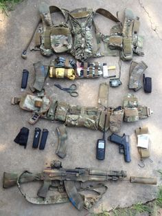 """mudderjumper: """"manlythings: """"Very nicely laid out preparedness/match load out. """" manlythings what is that hydration pack and how did you integrate it into the split minus? Bushcraft, Tactical Survival, Survival Gear, Camping Survival, Armas Airsoft, War Belt, Bug Out Gear, Battle Belt, Airsoft Gear"""