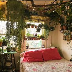 21 plant-filled homes are unbe-leaf-able A piece of driftwood draws the eye upward in this dreamy bedroom.A piece of driftwood draws the eye upward in this dreamy bedroom. Dream Rooms, Dream Bedroom, Master Bedroom, Master Suite, Bedroom Green, Girls Bedroom, Narrow Bedroom, Bedroom Wardrobe, Bedroom Black