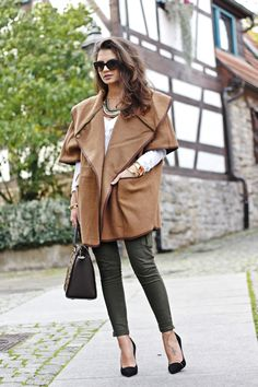Camel Woolen Cape by Fashion Hippie Loves Casual Chic Style, Sporty Style, Casual Street Style, Hippie Style, My Style, Fashion Pants, Passion For Fashion, Fashion Forward, Fall Outfits