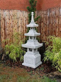 A Lanterna de Pedra é o toque essencial para criar ou incrementar seu jardim japonês. Artesanalmente esculpida na pedra sabão, traz ainda mais o clima de tradição presente na cultura japonesa.  Mais dicas de como montar seu jardim em nosso site!