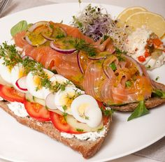 Legendary Mieks Particular: Salmon Deluxe Sandwich Easy Egg Breakfast, Breakfast Recipes, Breakfast Burritos, Lunch Wraps, Seafood Appetizers, Salsa, Lunch Menu, Healthy Pumpkin, Gourmet