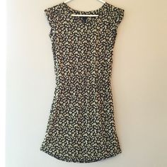"""H&M Floral Dress This beautiful casual dress is perfect for spring and summer! Worn no more than once / elastic waistband that makes it look very figure flattering! / measures 33"""" from shoulder to hem and 17"""" across the bust / no holes, stains or imperfections / comes from a smoke free environment  Bundles welcome Offers welcome through offer button. ❌NO trades, please. ⚡️Same/Next day shipping H&M Dresses"""