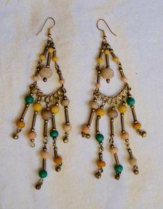Lichtgewicht Oorbellen O4 met gouden spiralen en gekleurde kralen - 1 pair of earrings with  golden spirals and colored beads