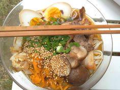 Ramen noodles – di Louise Pénaud Ingredienti per sei persone: – pancetta di maiale fresca (circa 200 g a testa. Possibilmente non la parte con solo grasso.) – noodles 500g –…