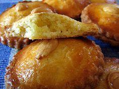 Een gevulde koek is een platte ronde koek, gemaakt van boterdeeg met een amandelvulling.