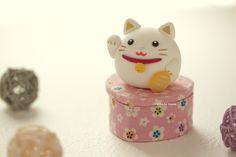handmade lucky cat ,handmade clay dolls, handmade box #幸運の猫 #catdoll #claydoll #sculpted #giftideas #birthday #japanstyle #homedecor #accessories #kikuikestudio