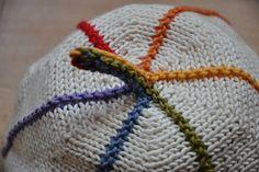Cirkelhue. Sød og sjov børnehue, som kan varieres i det uendelige, både i strikning, farver og størrelse. Pind 2½.