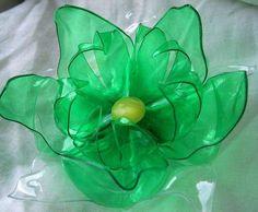 Un fiore blu realizzato con il riciclo della plastica.