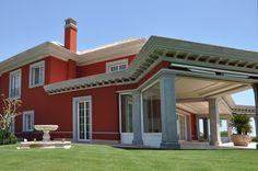 Villa de lujo en la Costa del Sol. Vista trasera de fachada lateral derecha.