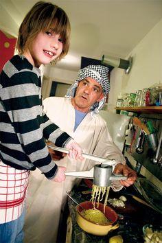 Kartoffelplätzchen gehören zur algerischen Küche und schmecken auch Kindern. Zutaten: 6 große oder 8-10 kleine Kartoffeln frisches Koriandergrün Pfeffer, Salz, Safran 3 Knoblauchzehen 1 Ei Sonnenblumenöl Zubereitung: Kartoffeln mit Schale kochen, dann erst schälen. Ein Ei in einer Schüssel aufschlagen, eine Prise Salz und Pfeffer und Safran zufügen. Mit 2 Esslöffeln klein gehackten Koriander mit…