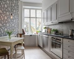 Det charmiga köket vetter in mot gården Kitchen Dining, Kitchen Decor, Kitchen Cabinets, Gravity Home, Scandinavian Interior Design, Living Room Pictures, Cool Kitchens, Decoration, Interior Inspiration