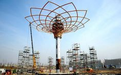"""Urban art achitecture Expo Milan Italy 2015 Issata la """"chioma"""" della struttura di acciaio e legno di larice che, con i suoi 35 metri, sarà l'edificio più alto dell'Esposizione universale. Grazie a una serie di effetti speciali, garantirà giorno e notte 1260 spettacoli diversi in 6 mesi. FOTO"""