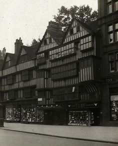 Tobacconist, High Holborn, 1910 the building is still there :-) Tudor Buildings that have survived Vintage London, Old London, Victorian London, London History, British History, Old Photos, Vintage Photos, Brick Lane, Liberty Of London