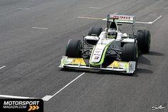 Jenson Button – Erstes Rennen: 2000. Starts: 208. Alter: 32. Button gilt als Spätstarter und hatte eine lange Einlaufkurve in der Formel 1. 2000 debütierte der Engländer als hochgelobter Shootingstar und jüngster Formel-1-Fahrer aller Zeiten für Williams-BMW an der Seite von Ralf Schumacher, wurde aber nach einem Jahr durch Juan-Pablo Montoya ersetzt, obwohl er sehr ansprechende Leistungen zeigte. Nach einem Ausflug zu Benetton/Renault ...