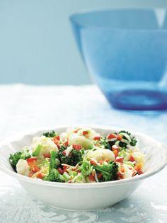 Μπρόκολο και κουνουπίδι με σάλτσα κόκκινης πιπεριάς - www.olivemagazine.gr Salad Bar, Potato Salad, Serving Bowls, Recipies, Sweet Home, Food And Drink, Vegetarian, Vegan, Cooking