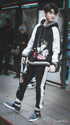 Looks great asian boys cute korean fash Korean Boys Ulzzang, Korean Babies, Cute Korean Boys, Ulzzang Boy, Cute Asian Guys, Cute Guys, Korean Fashion Men, Boy Fashion, Mens Fashion