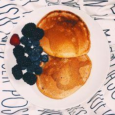 Qui veut des pancakes vegan ? 😋🥞 Comment les faire ? . 250 de farine de blé  50 grammes de sucre de canne 1 cc. de bicarbonate 50 cl de lait d'amande  60 ml d'huile de coco . Mélangez d'abord tous les ingrédients secs. Ajoutez ensuite le lait petit à petit, tout en mélangeant. Pour éviter les grumeaux, je mélange la pâte à la main. Une fois que votre pâte est bien homogène, ajoutez l'huile de coco et mélangez bien.  Huilez légèrement la poêle, si nécessaire.  L'huile de coco parfume…