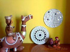 Lippan kaam (Mud Mirror art) from Kutch Gujarat, India - Lippan designs made at… Clay Wall Art, Mural Wall Art, Murals, Clay Art Projects, Clay Crafts, Indian Ceramics, Pottery Painting Designs, Indian Folk Art, Indian Crafts