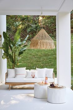 Peppa Hart's STUNNING Open plan living outdoor entertainment area! have done it again with their beautiful Australian Interior Design… Outdoor Lounge, Outdoor Spaces, Outdoor Decor, Outdoor Living Areas, Trunk Side Table, Porches, Australian Interior Design, White Side Tables, Ideas Hogar