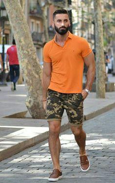 Bermuda Camuflada Masculina. Macho Moda - Blog de Moda Masculina: BERMUDA MASCULINA 2018: 5 Modelos que estão em alta. Moda para Homens, Roupa de Homem, Bermuda Camuflada, Camisa Polo laranja, Tênis Slip on Marrom