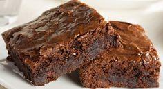 Existem receitas de brownie low carb com farinhas de oleaginosas, de arroz, de coco ou até mesmo sem farinha, com batata-doce e abobrinha.